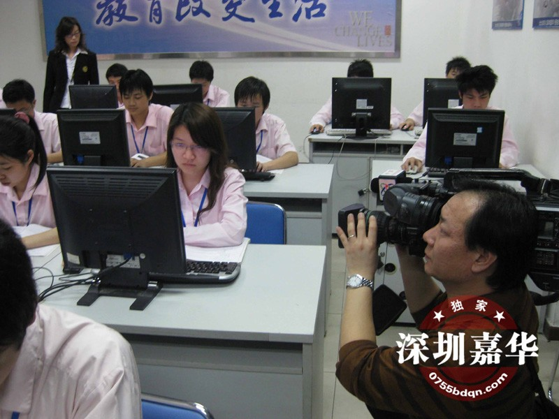 CCTV2拍摄嘉华学员上机