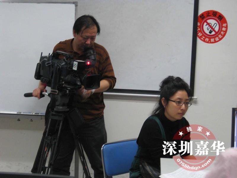 中央电视台CCTV2在嘉华学校摄制现场-记者在采访学员