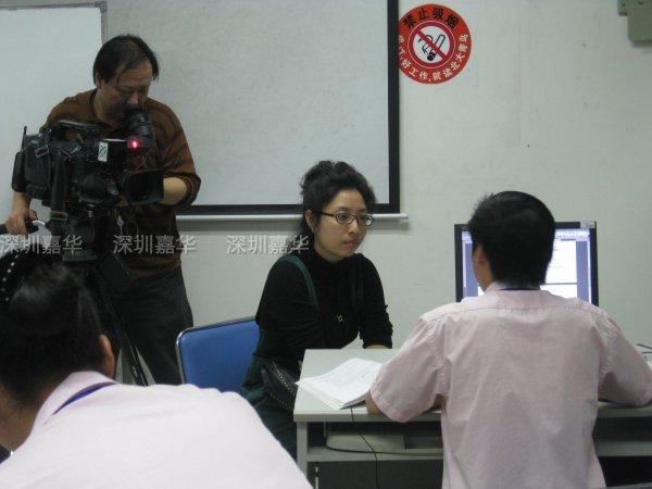 中央电视台CCTV2记者盛情在采访嘉华学员